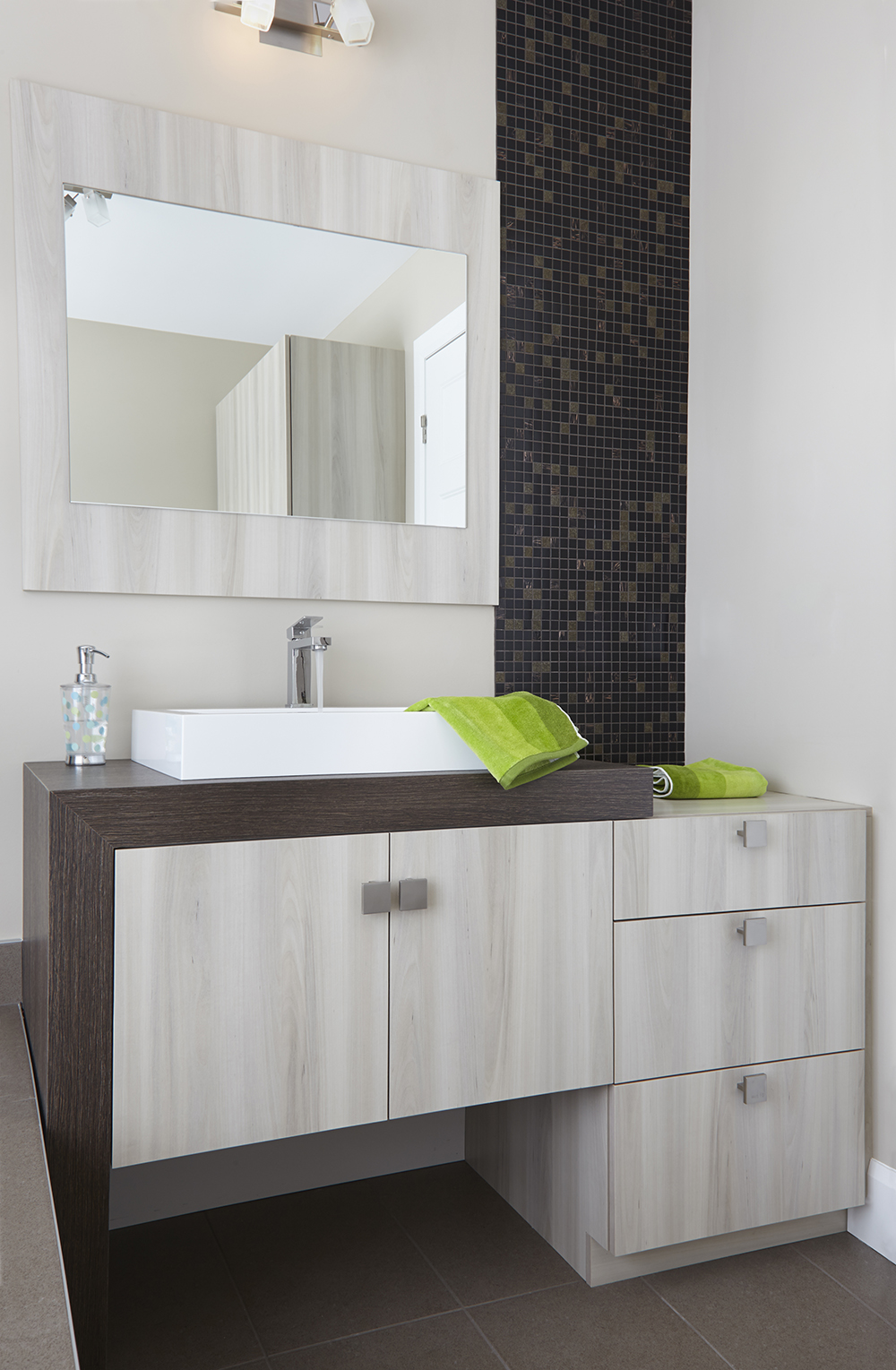 armoires de salle de bains moderne vanit en m lamine. Black Bedroom Furniture Sets. Home Design Ideas